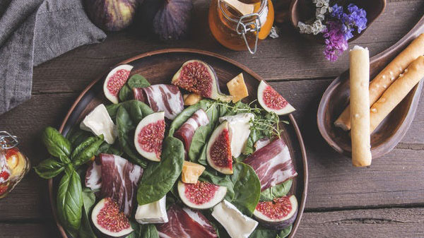 https://www.smokingchimney.com/recipe-pages/images/16x9/parmaham-fig-and-bocconcini-salad-image.jpg