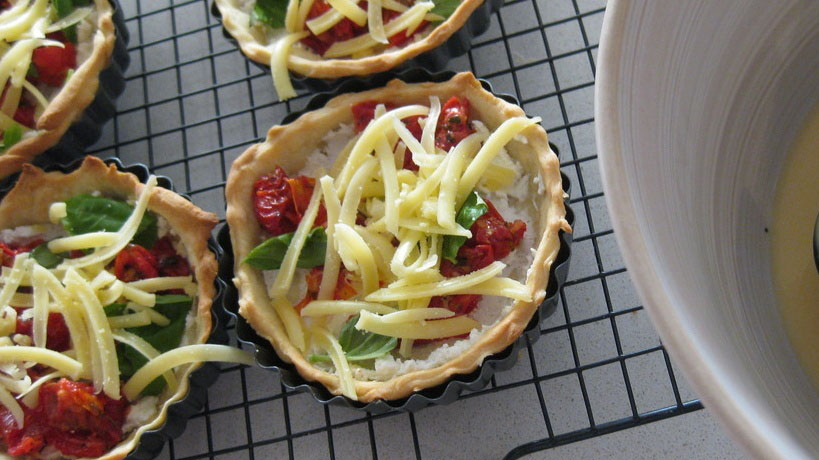 https://www.smokingchimney.com/recipe-pages/images/16x9/sun-dried-tomato-bail-and-feta-quiche.jpg